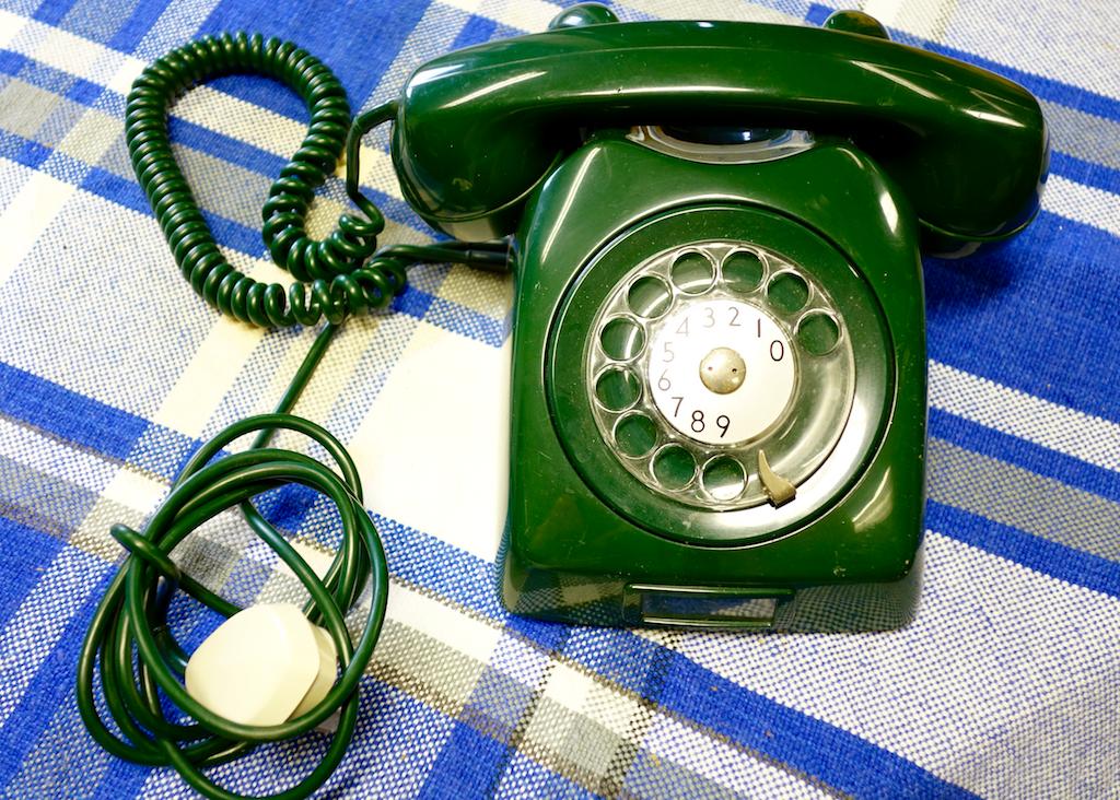 Gammal telefon med snurrplatta