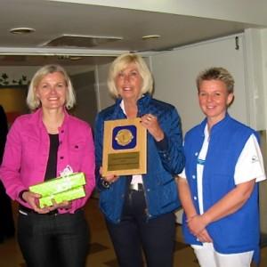 Lions Presidents fru Mona Korths-Nordén (mitten) överlämnar här plaketten till verksamhetschefen Elisabeth Olhager (t.v.) och avdelningschefen Eva Schumacher (t.h.) vid besöket.