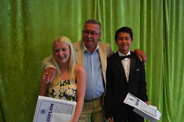 Cornelia Glans och Jonathan Julkunen mottar stipendiet av Lions President  Bo Gülich som gratulerar till utmärkelsen.