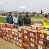 Mat och förnödenheter flygs in till de stora flygplatserna. Sedan fortsätter transporten till de nödställda per bil eller i bland till fots.