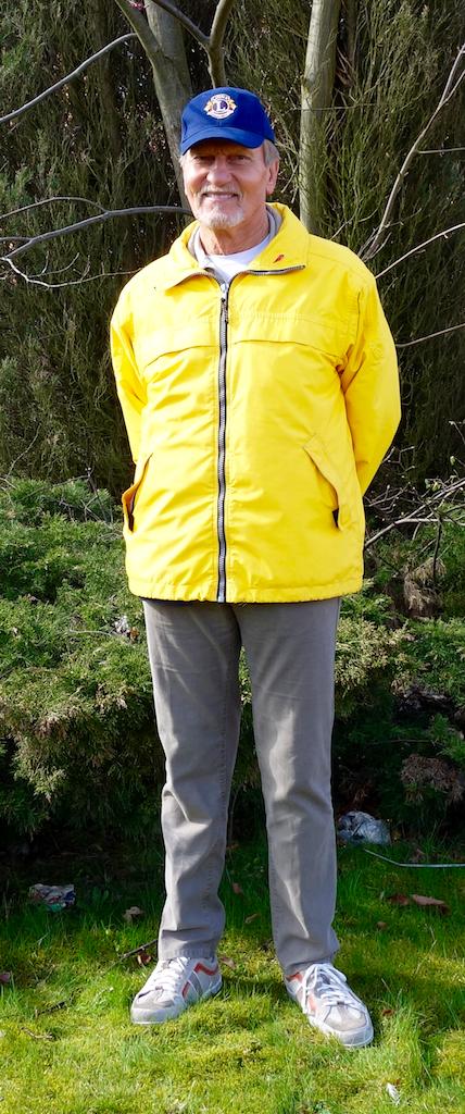 Bild på Ingvar Ahlström som är president i Staffanstorp Lions Club. Ingvar har Lions gula jacka och blå keps.