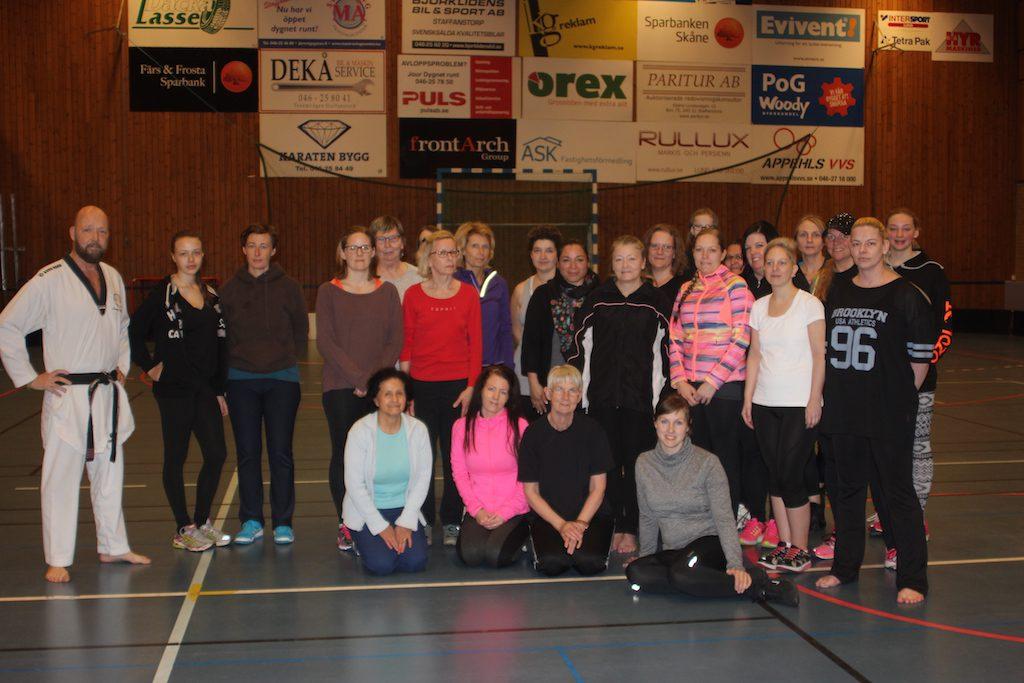 Tommy Karlsson från KFUM Malmö Taekwondo tillsammans med deltagare från tidigare självförsvarskurs, instruktör i kvinnligt självförsvar
