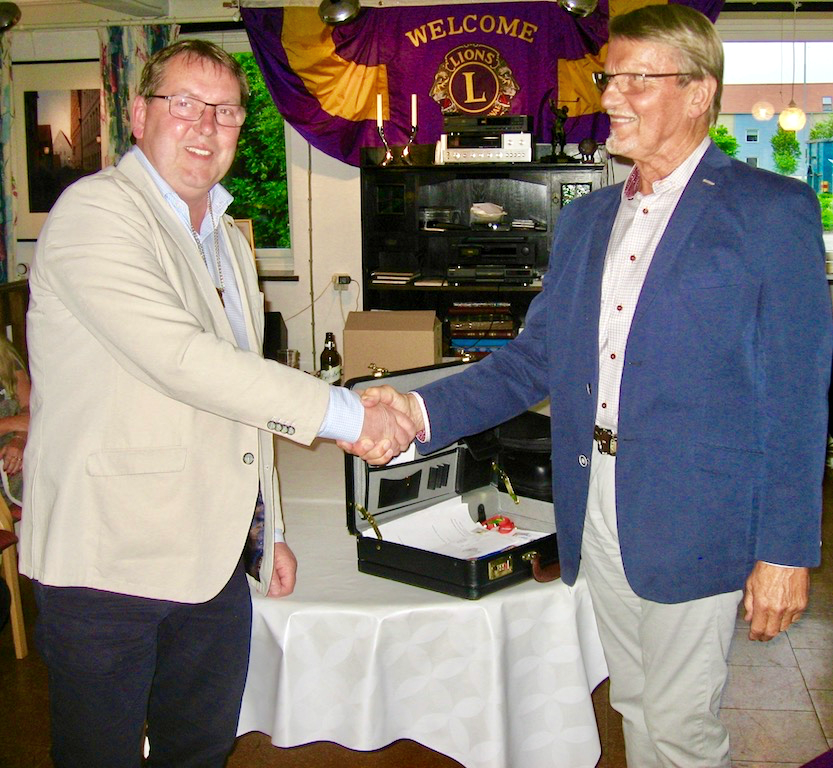 Avgående President Ingvar Ahlström överlämnar Presidentkedjan till Stefan Andersson som nu tar över ledarskapet inom Lions Club ett år framåt.