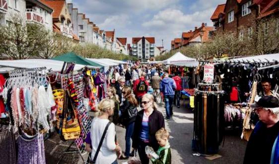 Folkvimmel bland marknadsstånden på Storgatan i Staffanstorp